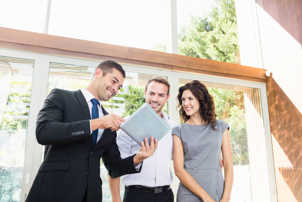 ADE Immobilien. Haus, Grundstück, Wohnung. Damit Sie bekommen, was Ihnen gehört. Wir sind ein hochqualifiziertes Team mit Kompetenz und Einsatzbereitschaft.